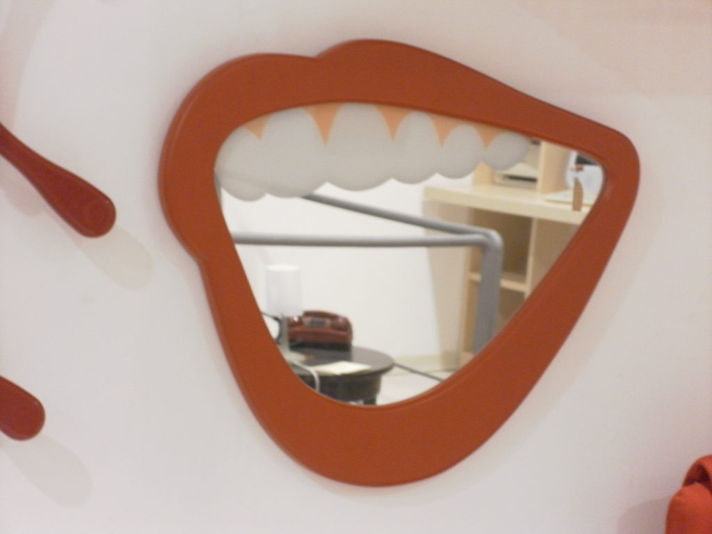 specchio a forma di sorriso rosso- in outlet da mobili salvati a castel san giorgio- salerno