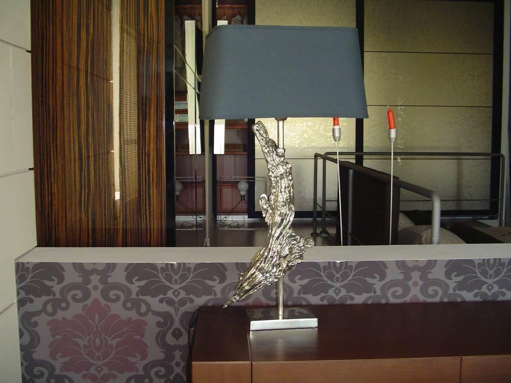 Ele Rico Home - Lampada da tavolo base scultura in metallo - in outlet da mobili salvati - castel san giorgio - salerno
