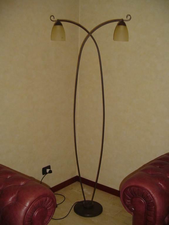 Ditta Ciacci - lampada da terra con tavolino struttura ferro finitura ossidata