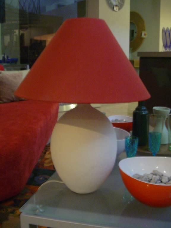 Lampada da tavolo in ceramica ecrù paralume rosso - in outlet da mobili salvati castel san giorgio - salerno