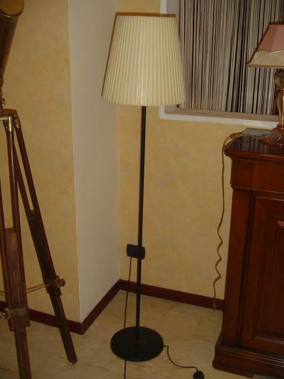 Elitè piantana con paralume plisse - in outlet da mobili salvati - castel san giorgio - salerno